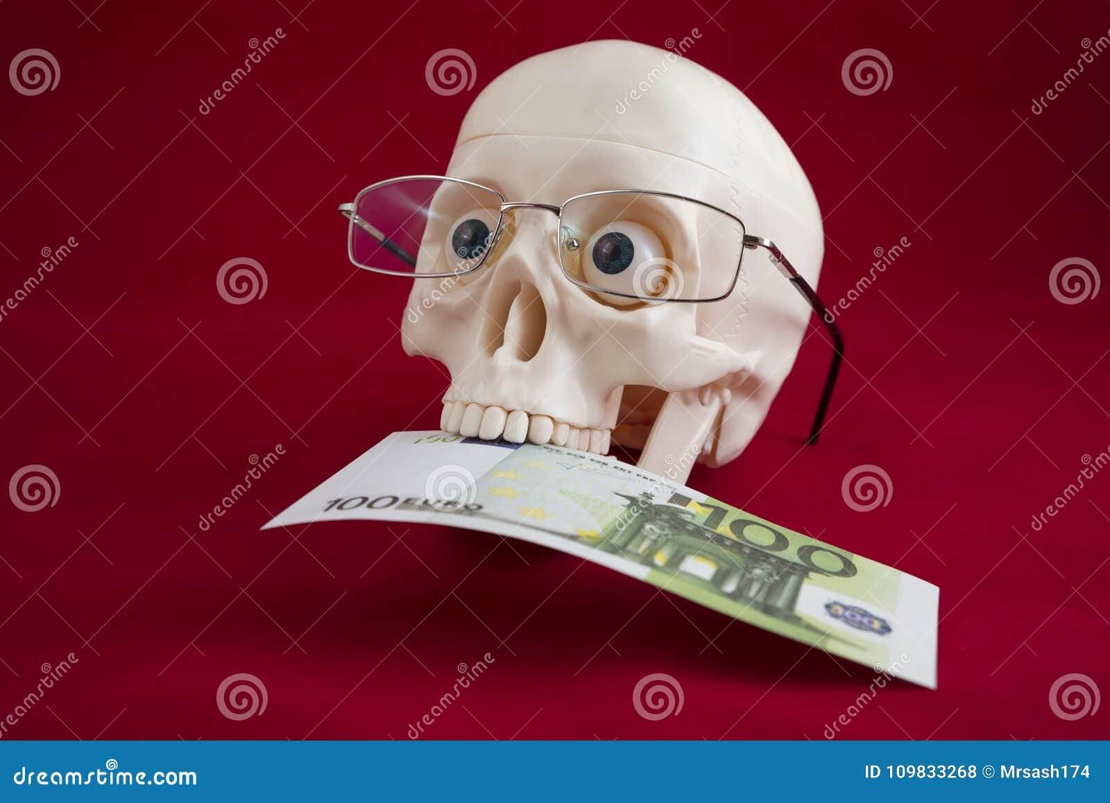 Cabeça de um homem com vidros, posses cem euro em seus dentes
