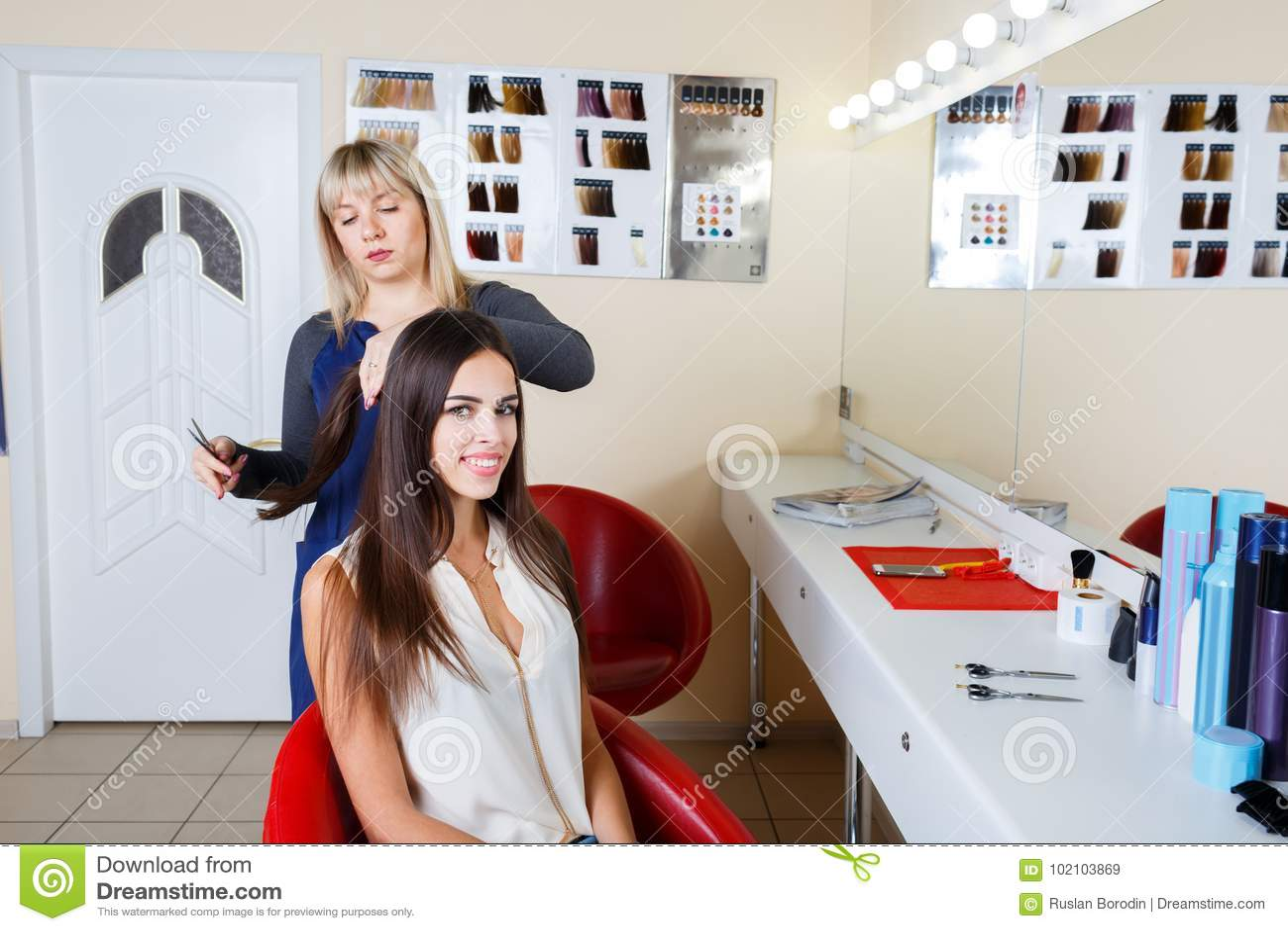 Cabeleireiro que trabalha com o cliente no fundo do barbeiro Sensual e fresco Conceito do barbeiro Copie o espaço