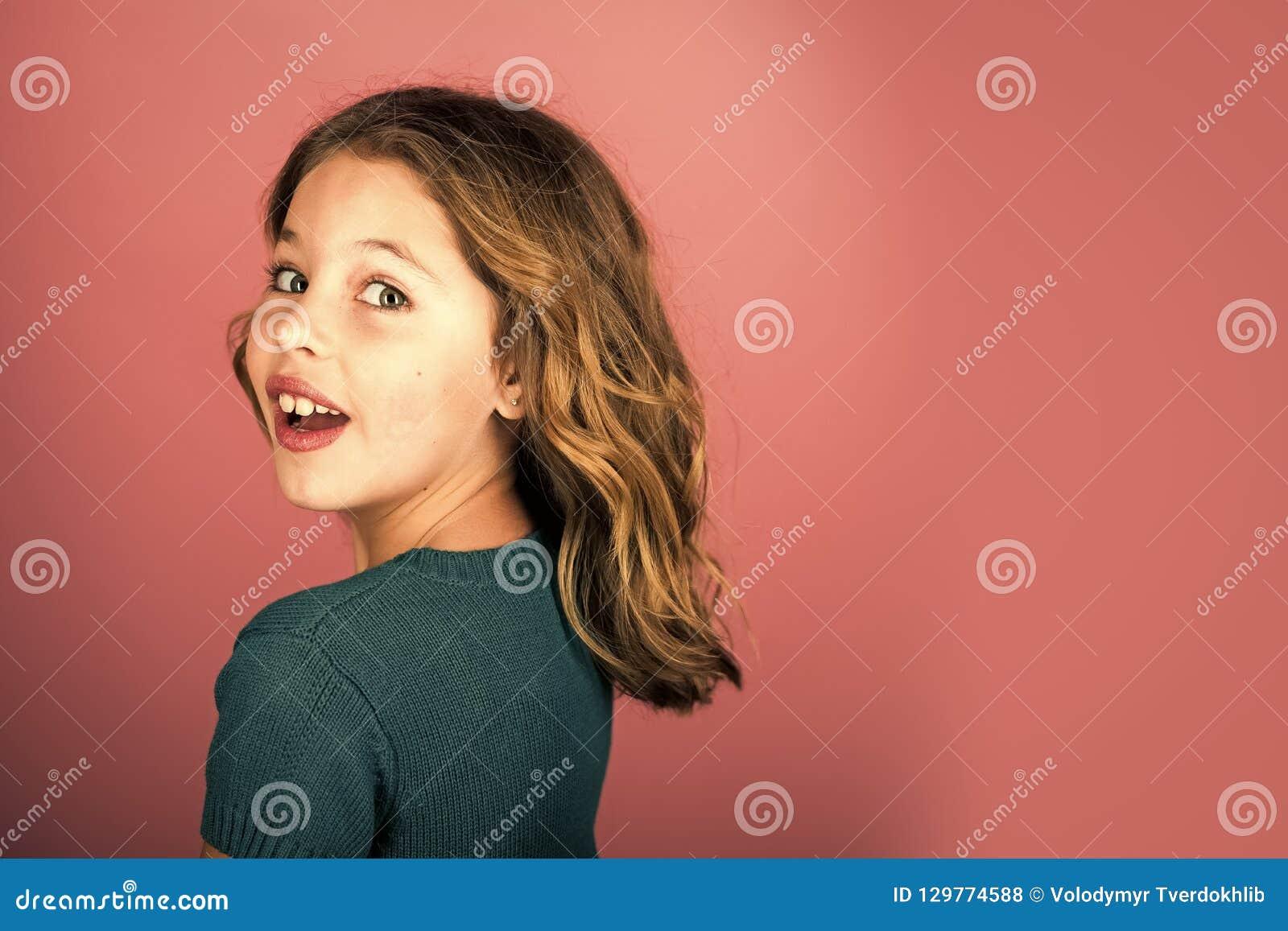 Cabeleireiro, skincare, estilo ocasional, sarja de Nimes Olhar do modelo e da beleza de forma Menina à moda com a cara bonita no