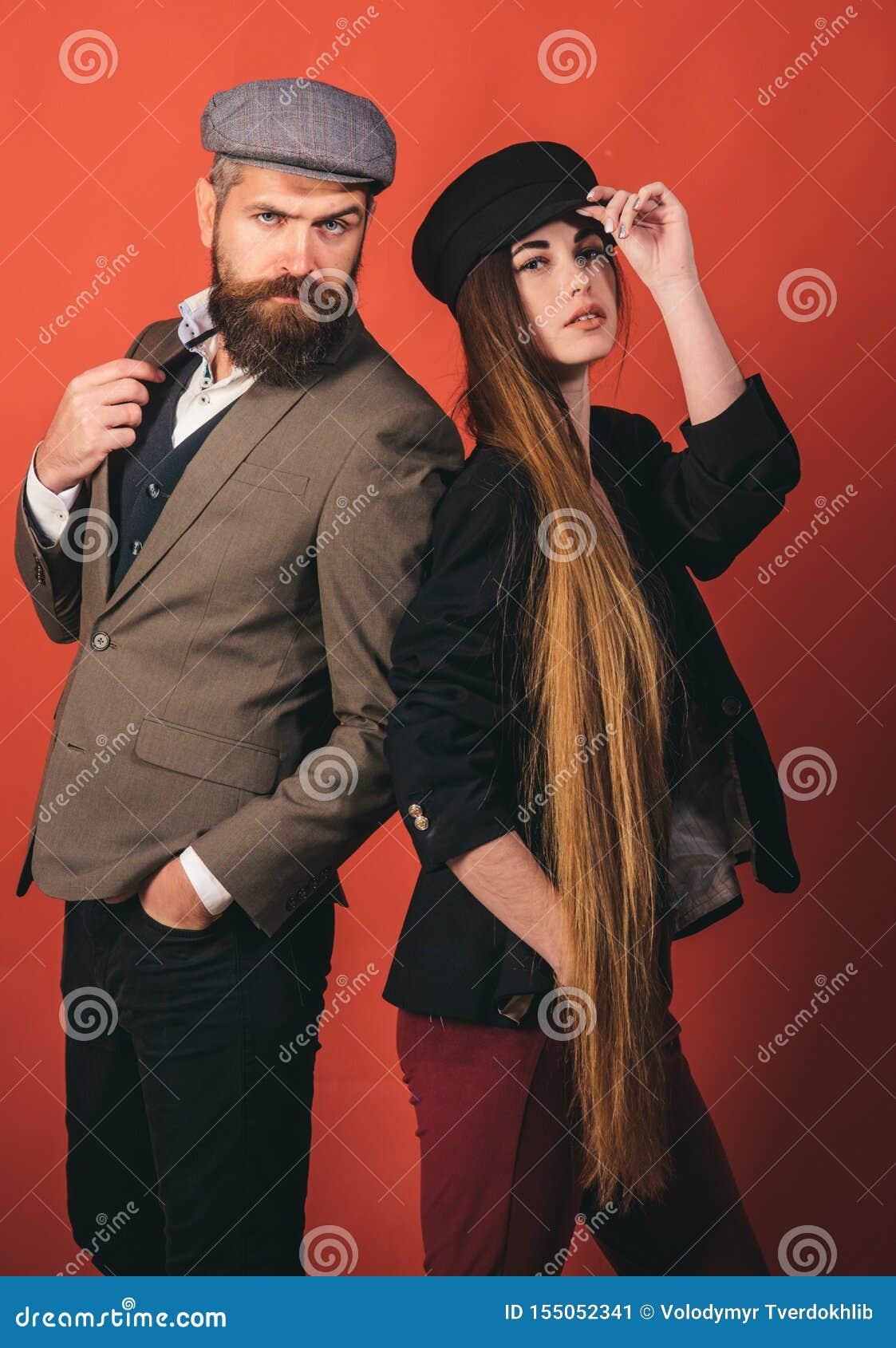 Cabelo lindo Mulher com cabelo longo no fundo de madeira Modelo com penteado encaracolado Conceito do cabeleireiro Cuidado e cabe