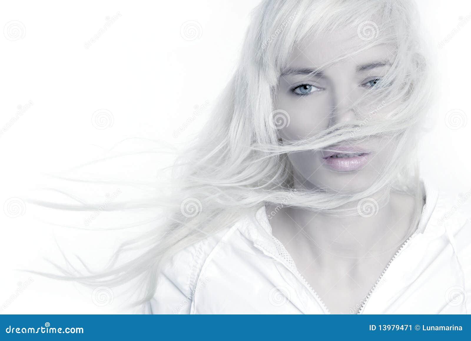 Cabelo longo do vento louro bonito da forma da menina