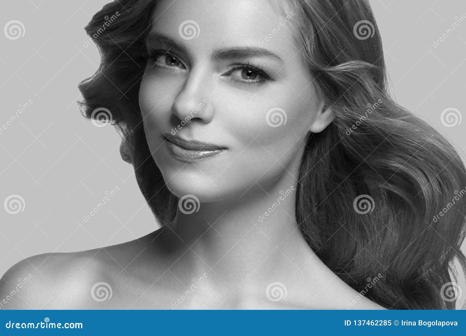 Cabelo louro modelo da menina bonita da mulher no fundo na moda cor-de-rosa da cor do verão