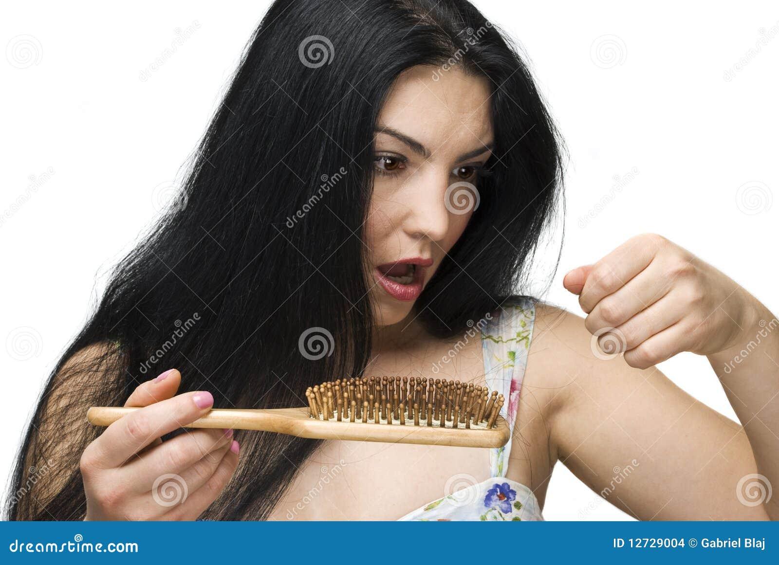 Cabelo perdedor da mulher no hairbrush