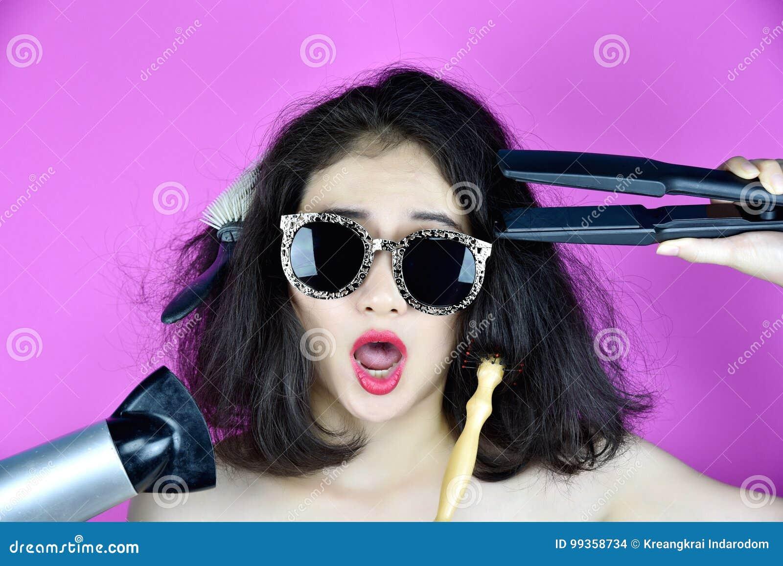 Cabelo seco e danificado, de problemas da queda de cabelo causa pelo cabelo do calor que denomina o straightener das ferramentas,