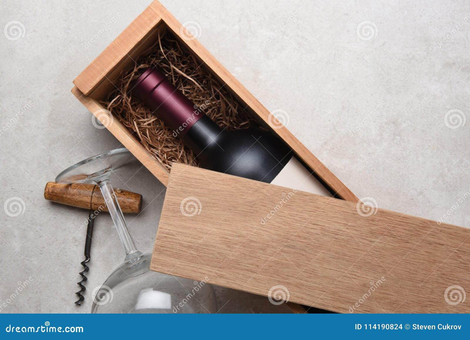 Cabernet in een houten doos die gedeeltelijk door zijn deksel wordt behandeld