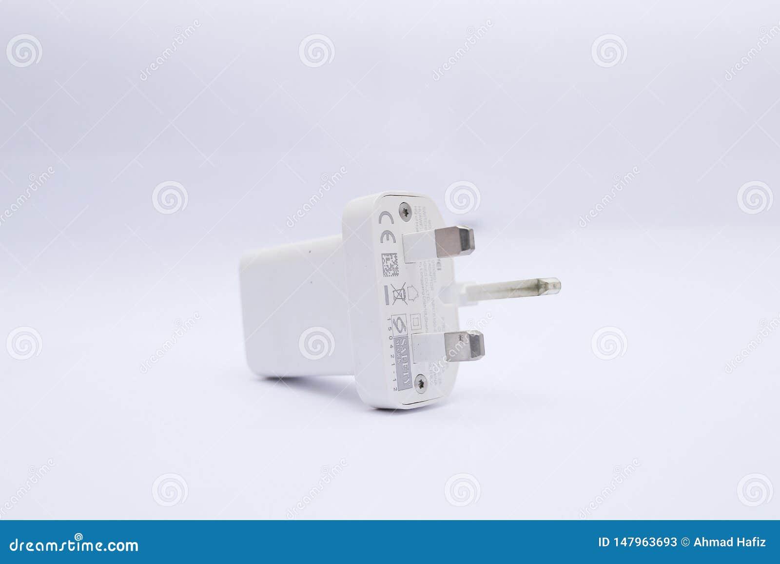 Cabeza/adaptador blancos del cargador USB en un fondo blanco