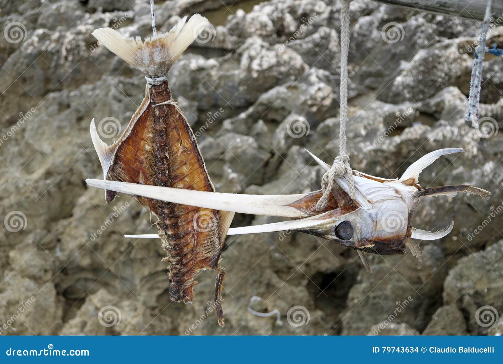 Cabeza de los pescados y colgante de los huesos