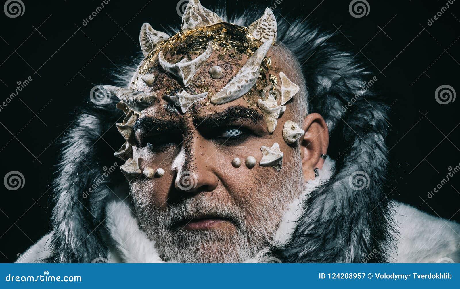 Cabeza del demonio con las espinas en la cara aislada en fondo negro Alcohol espeluznante del invierno, retrato de Jack Frost Clo