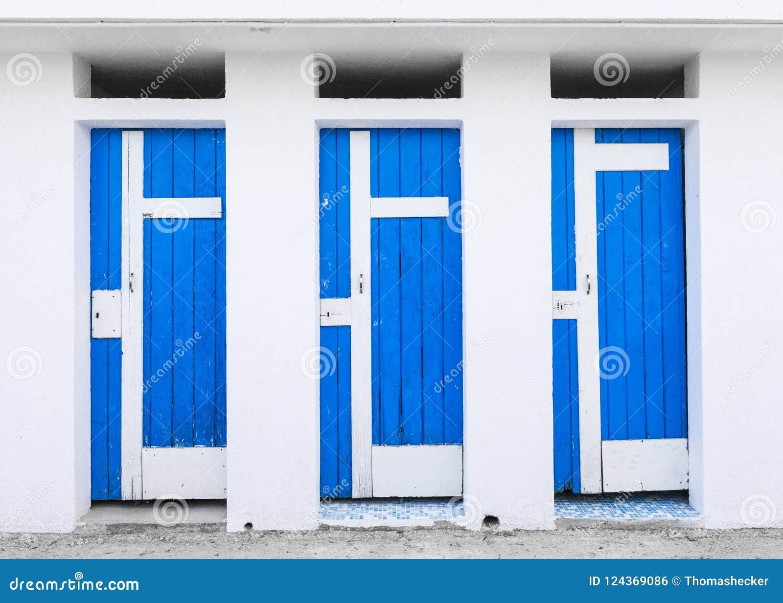 Cabina De Bano Vieja Con Las Puertas De Madera Azules Foto De