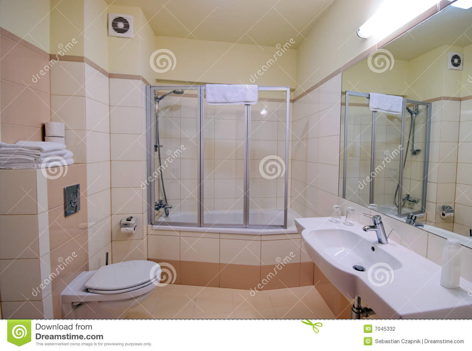 Cabina de la ducha del cuarto de ba o foto de archivo for Modelos de banos terminados