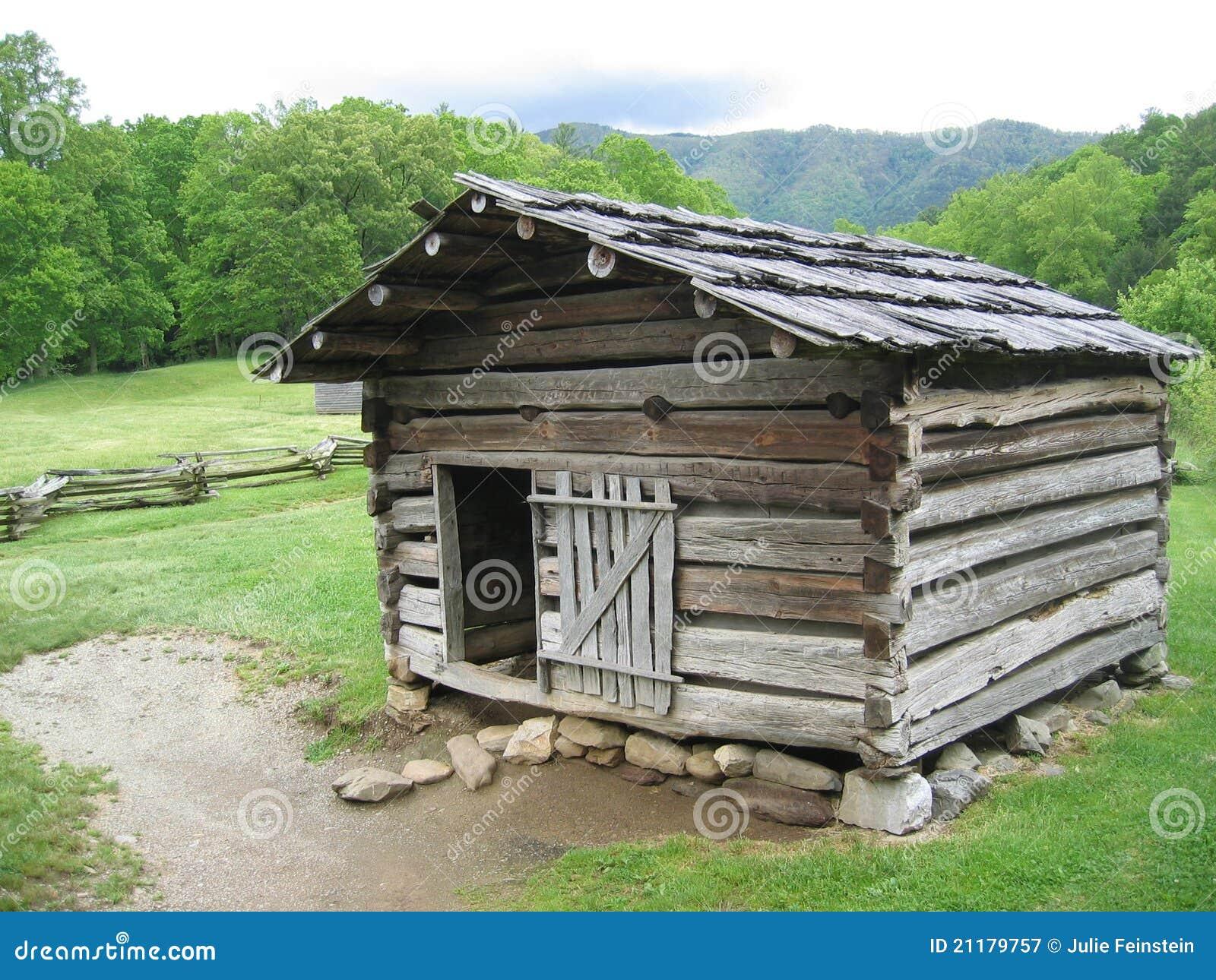 Cabina de registro rústica en las grandes montañas ahumadas
