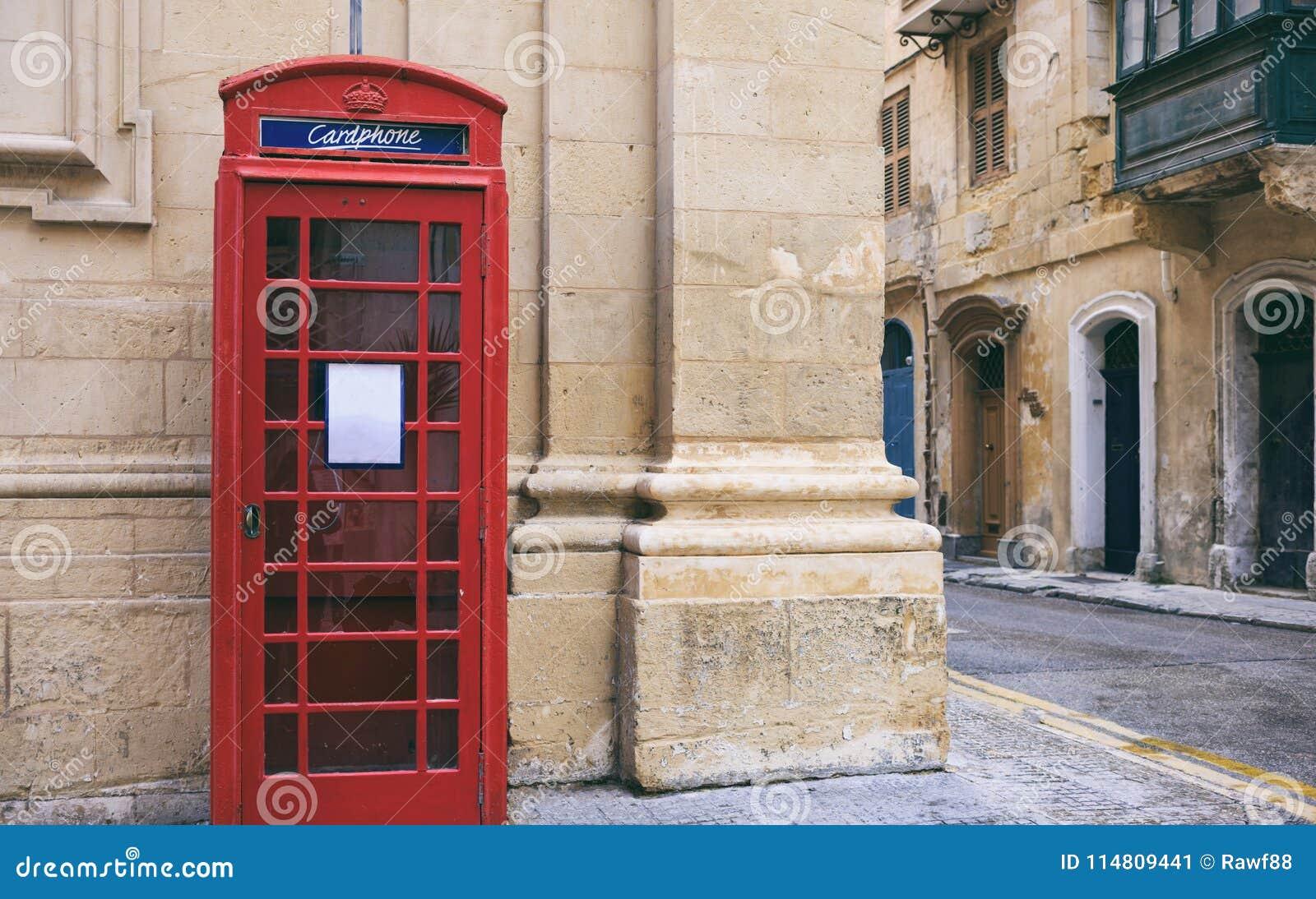Cabina de teléfono británica roja del vintage en La Valeta, Malta