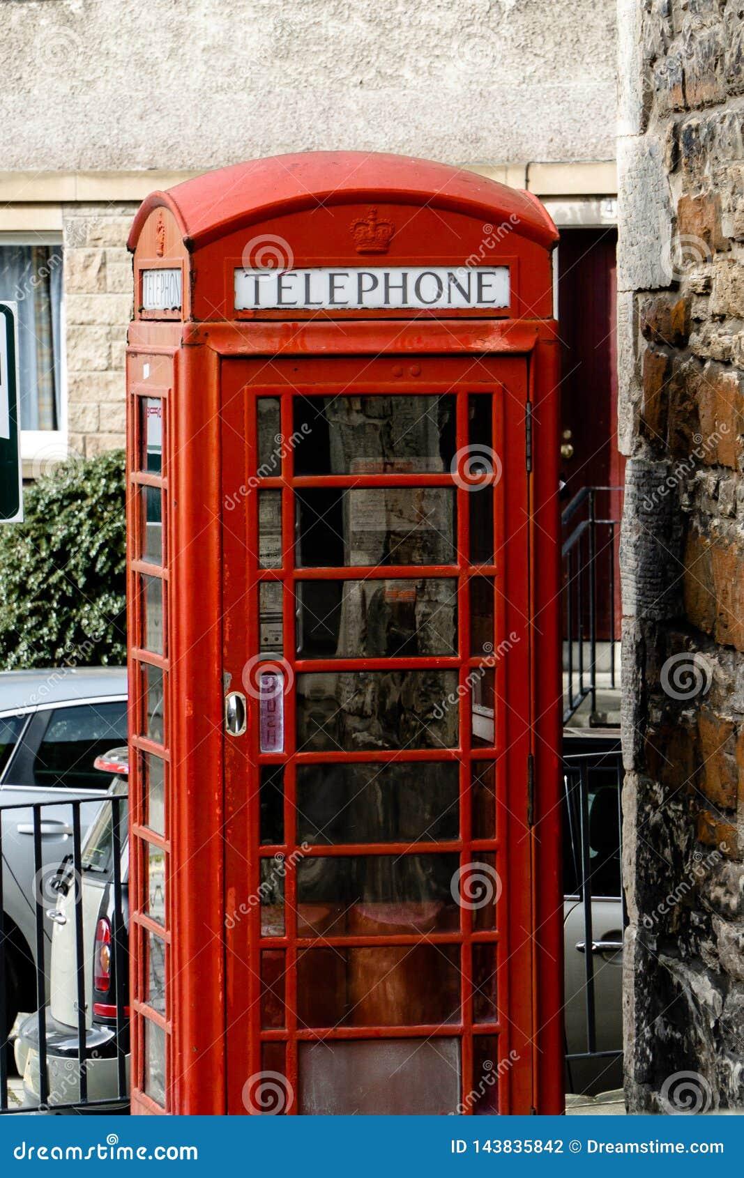 Cabina de teléfonos roja en un pueblo
