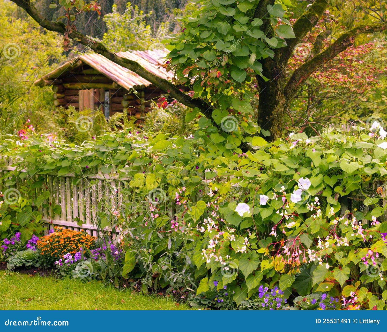 Cabina del giardino immagine stock immagine di cottage for Cabina del biscotto di marthastewart com