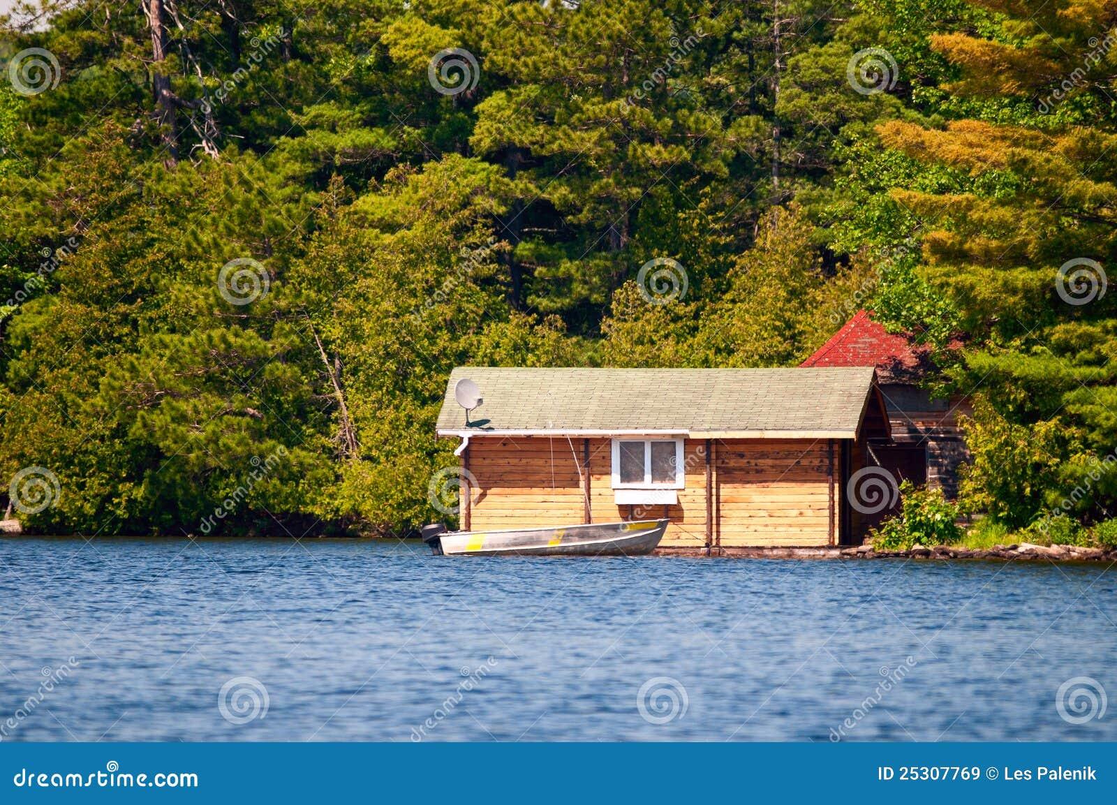 Cabina di legno e una barca immagine stock immagine for Cabina di legno