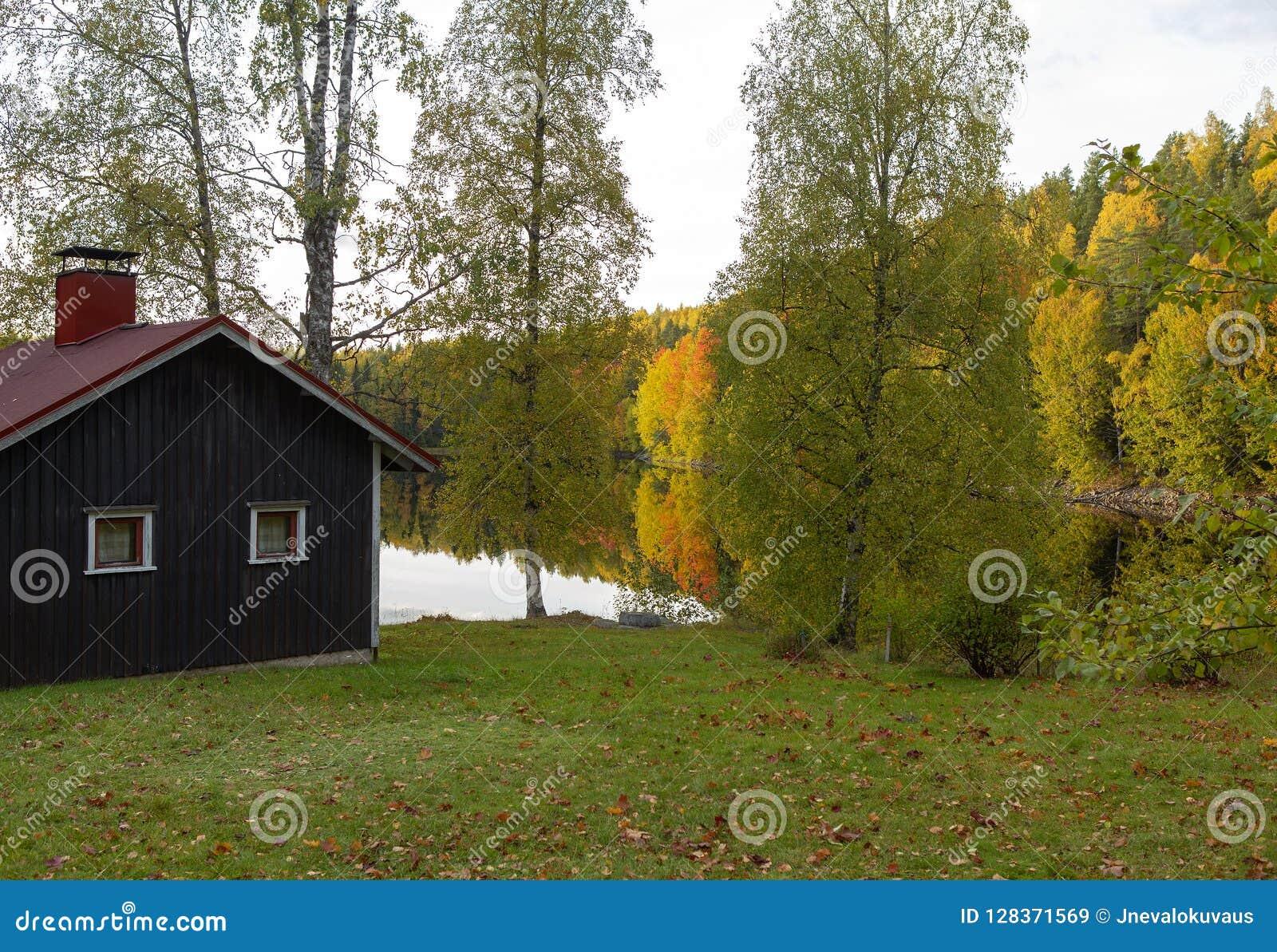 Cabina en el lago en una tarde del otoño