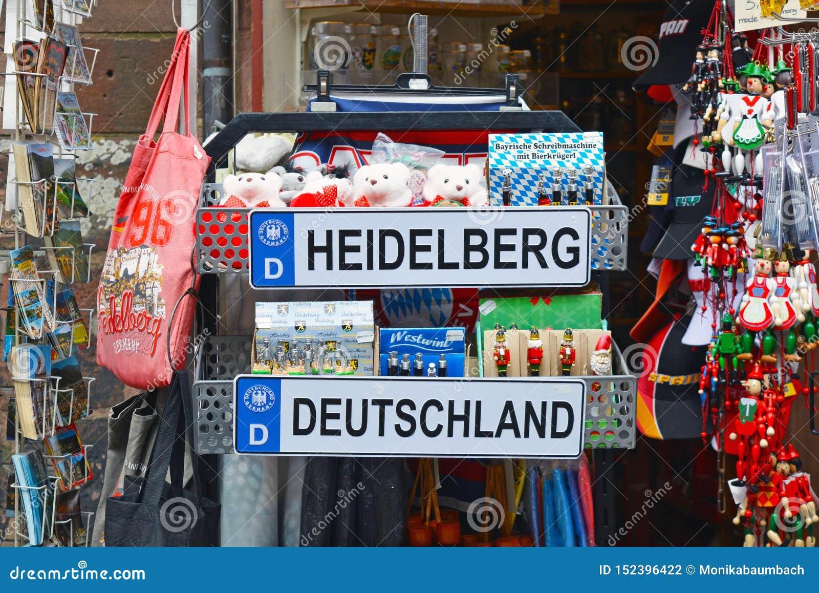 Cabina turística de la tienda con diversos recuerdos relacionados con la ciudad de Heidelberg en Alemania con la placa, osos del