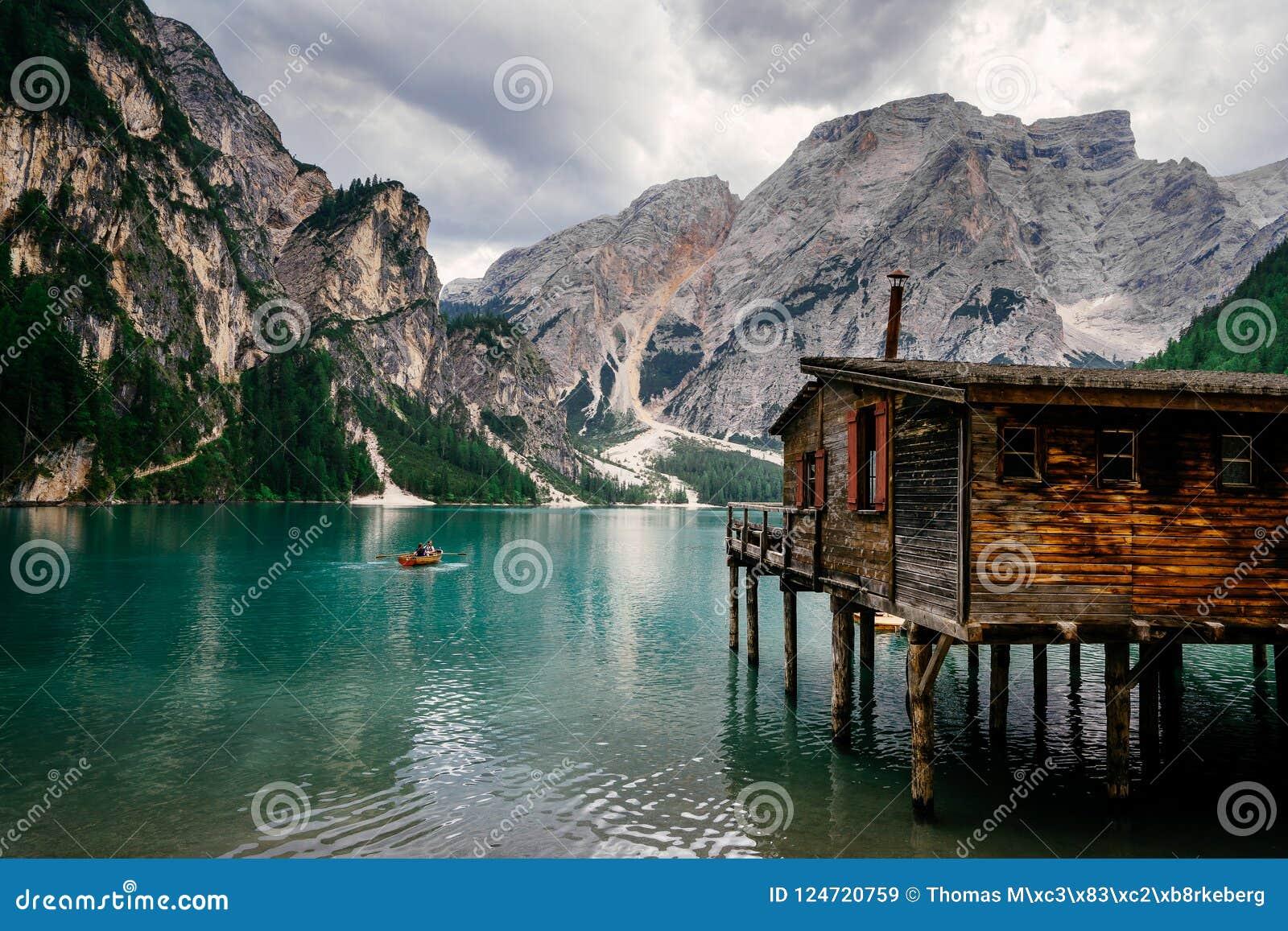 Cabina vieja en Lago Di Braies en las dolomías italianas