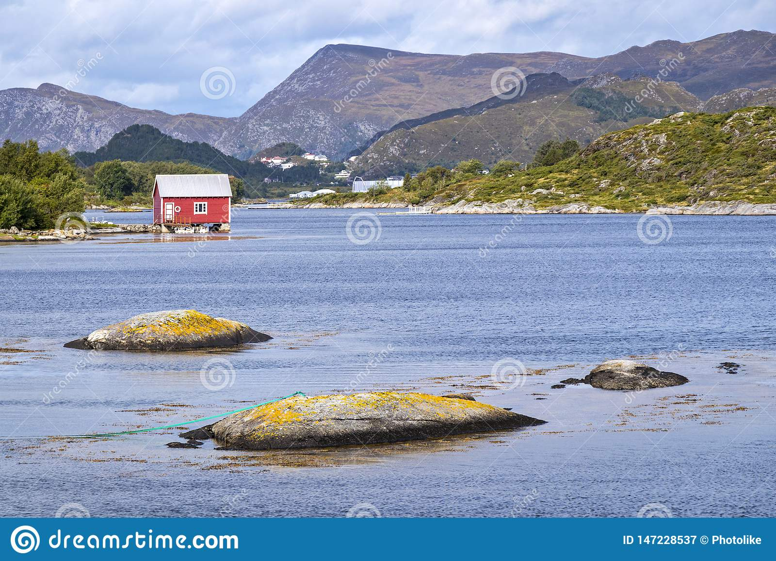 Cabinas viejas, varaderos, isla Nautoya, Noruega