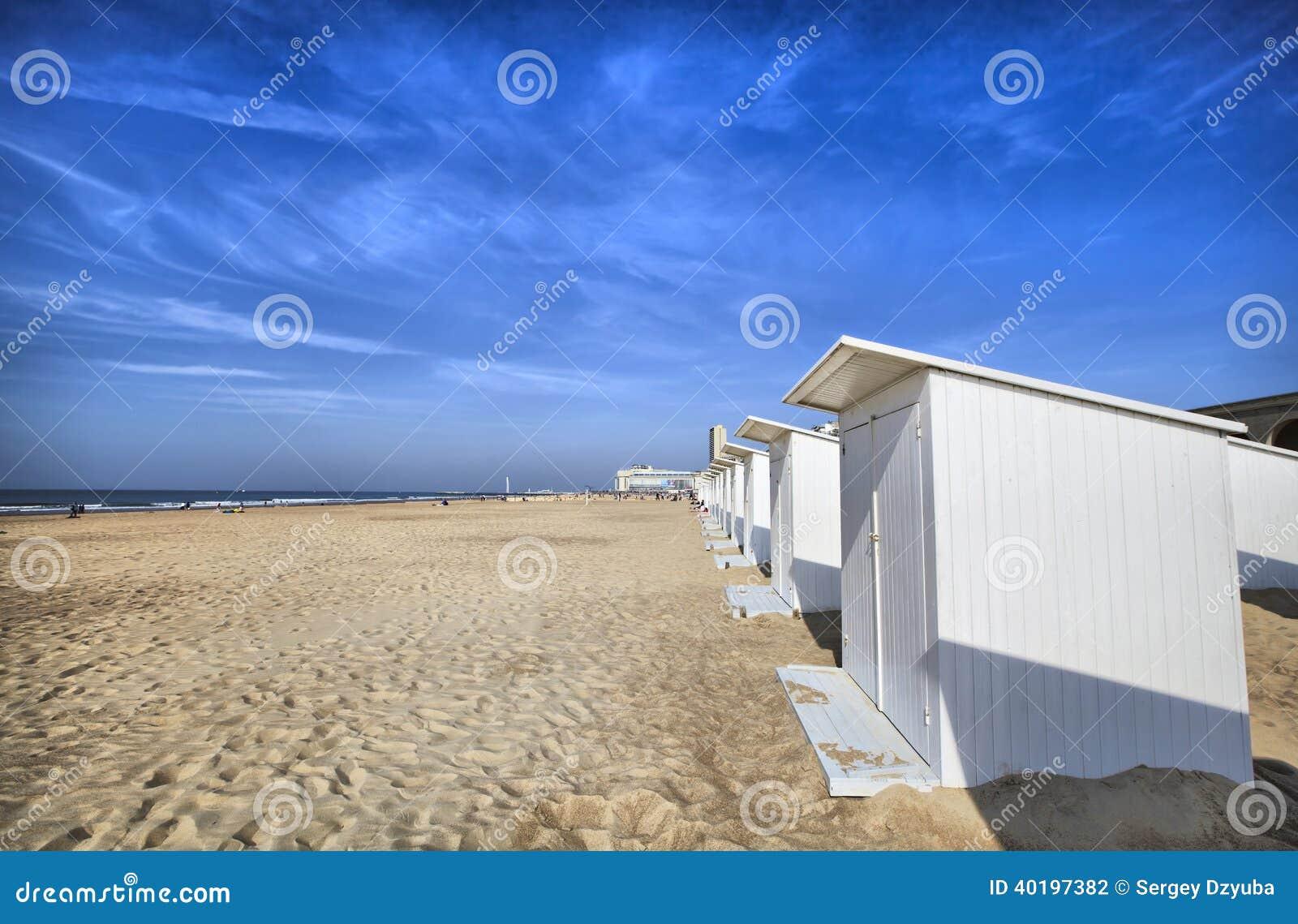 Cabine bianche della spiaggia a Ostenda