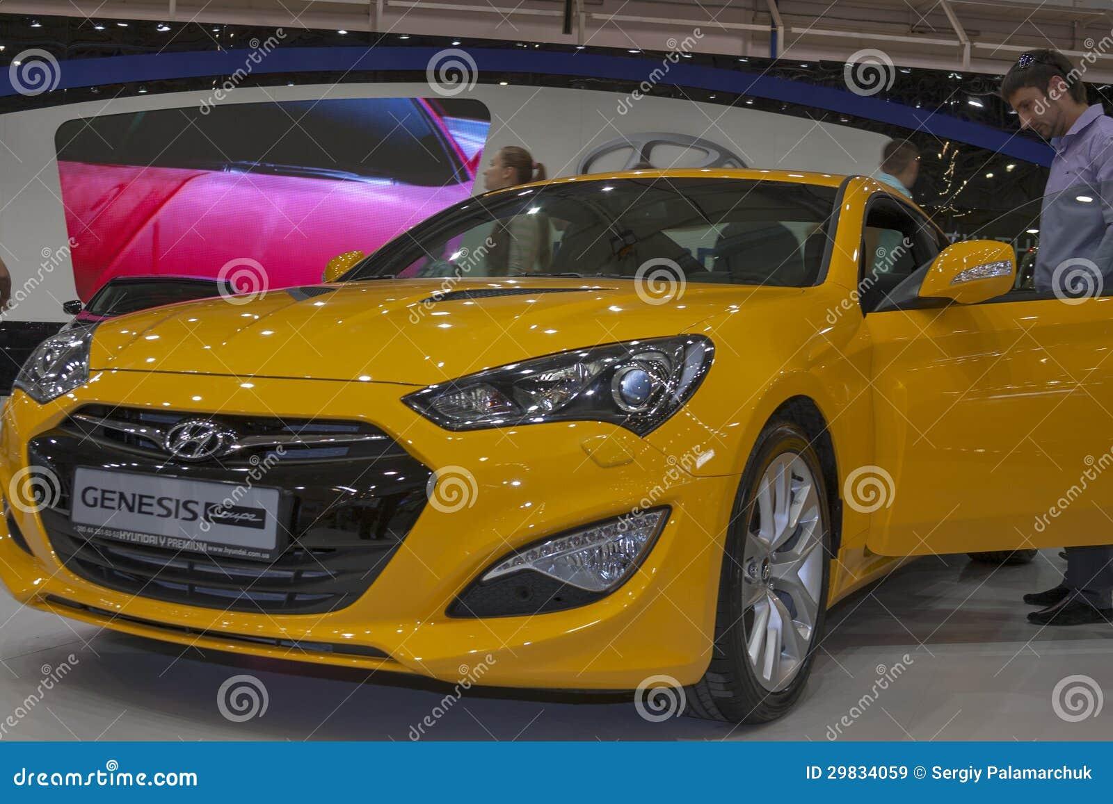 Modelo do carro do cupé da génese de Hyundai na exposição