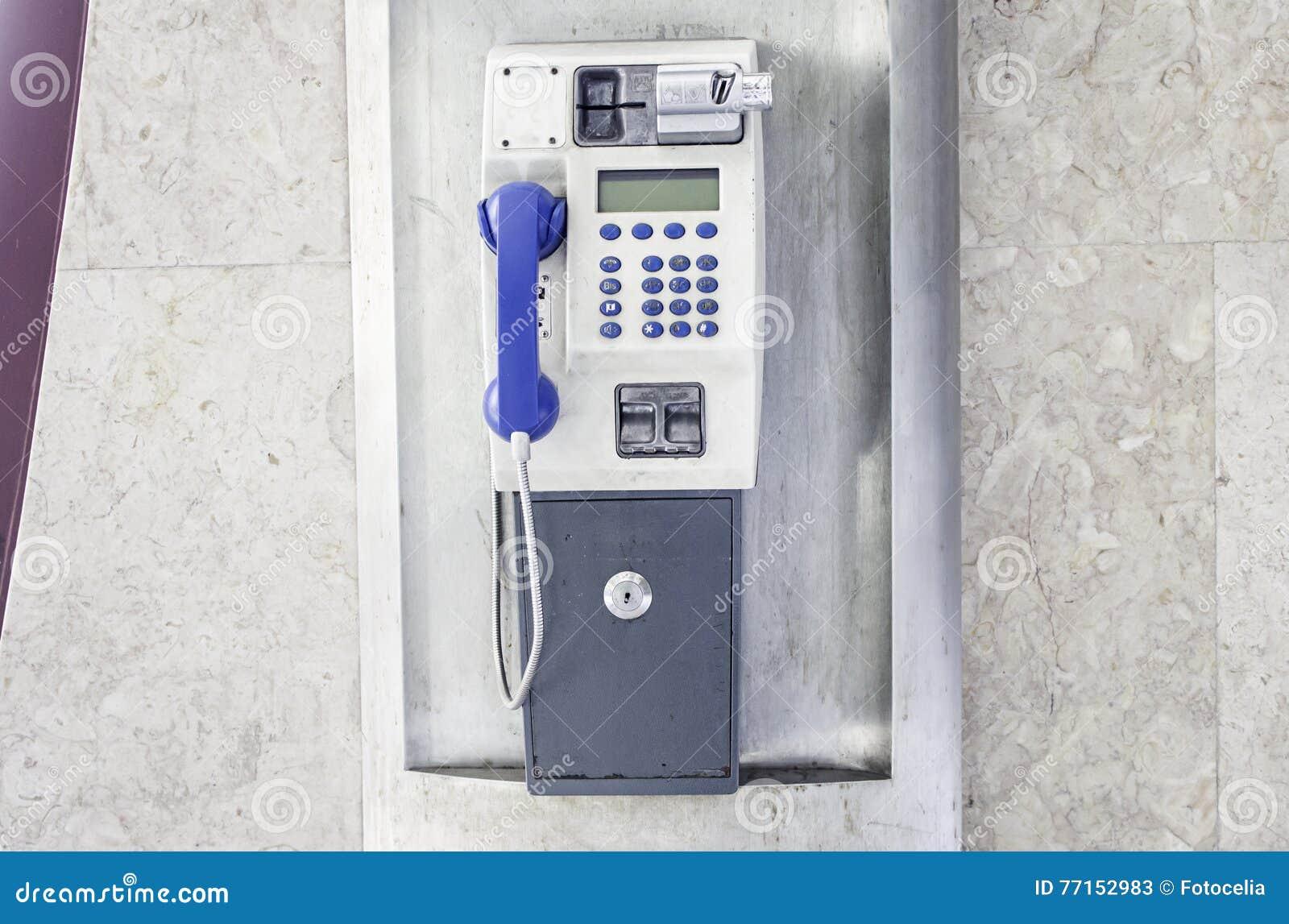 Cabine de téléphone métallique