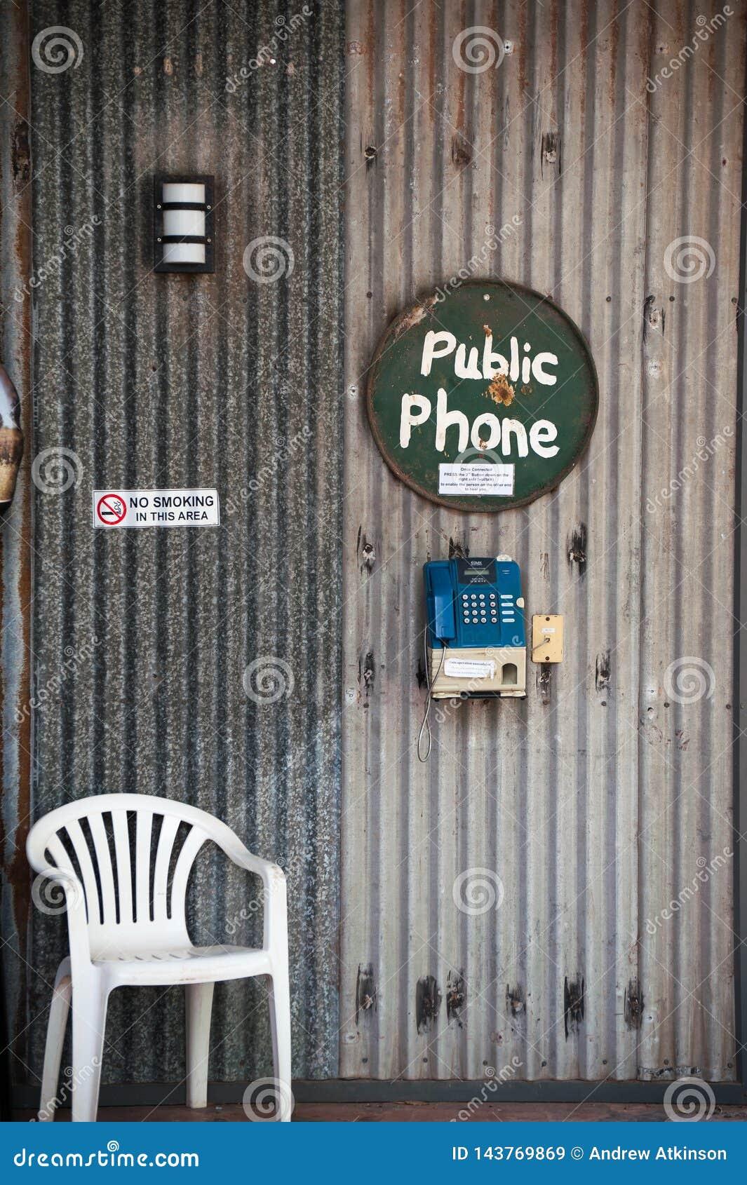 Cabine de telefone público na estação de um interior em Austrália