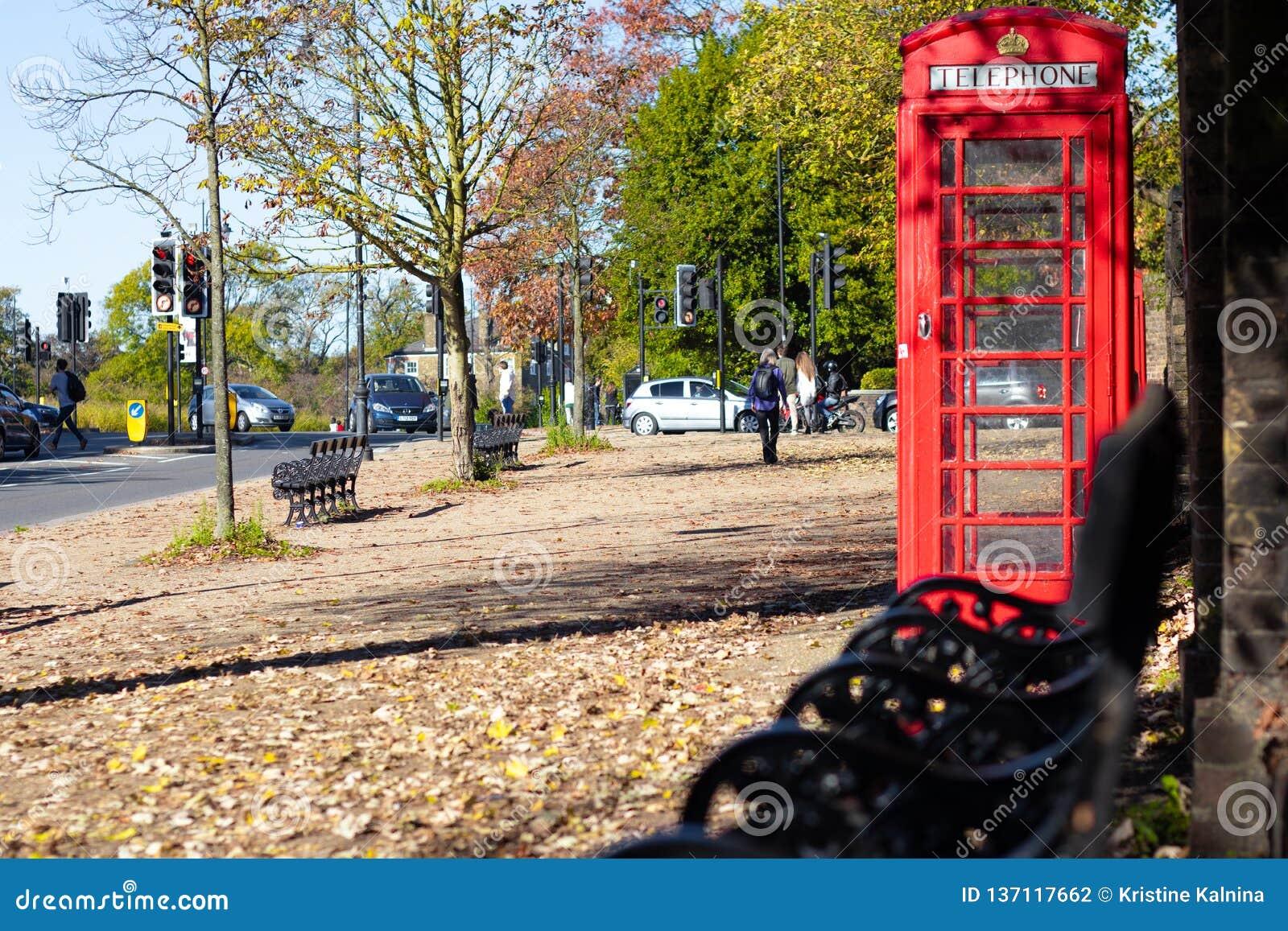 Cabine de telefone vermelha de Londres em um parque