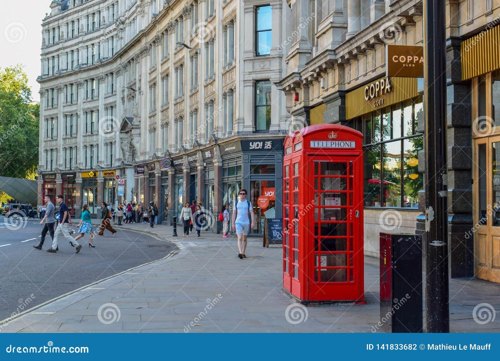 Cabine de telefone vermelha tradicional na rua de Londres