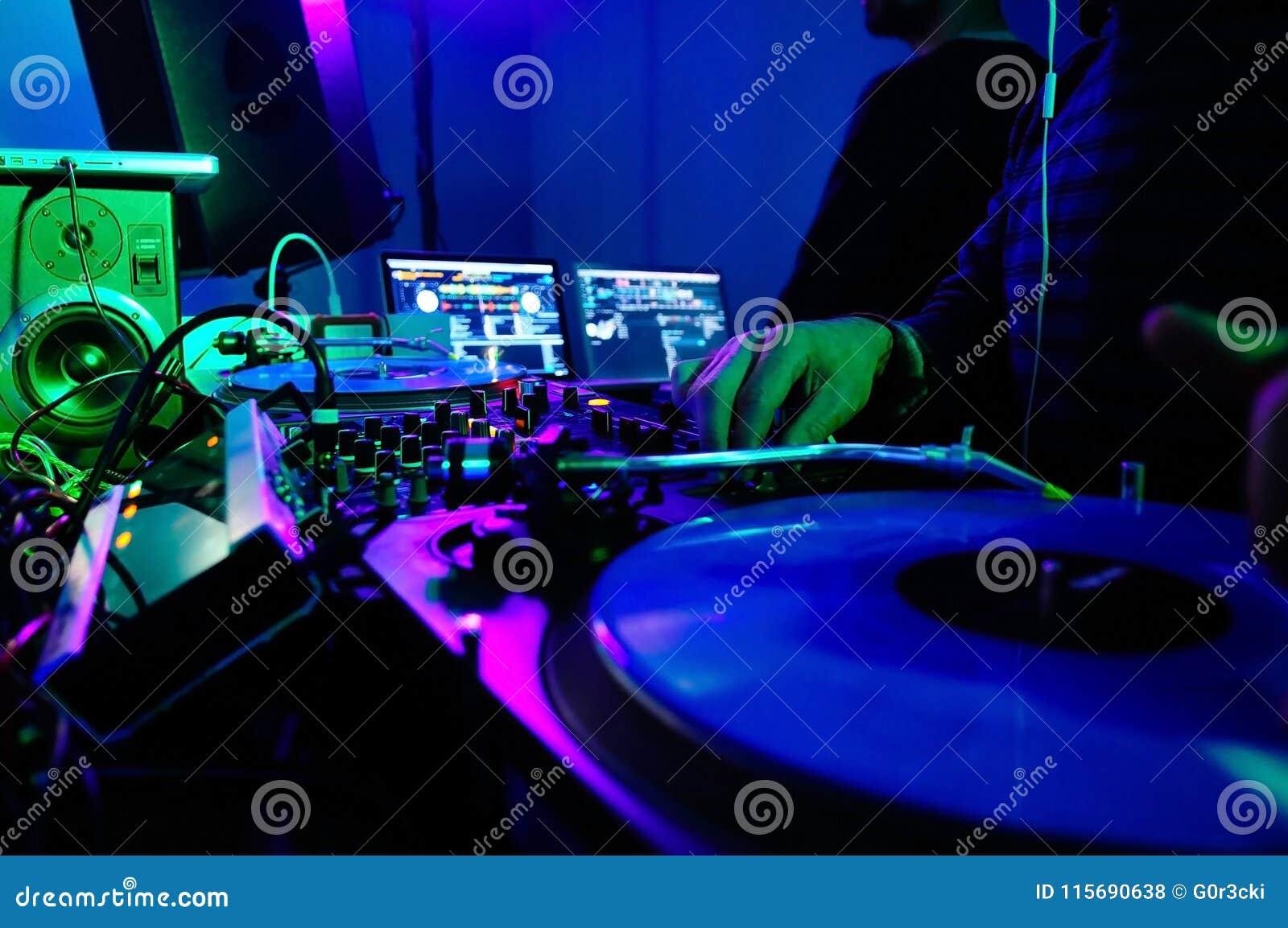 Cabine do DJ e equipamento, música do clube noturno do entusiasmo, luzes coloridas,