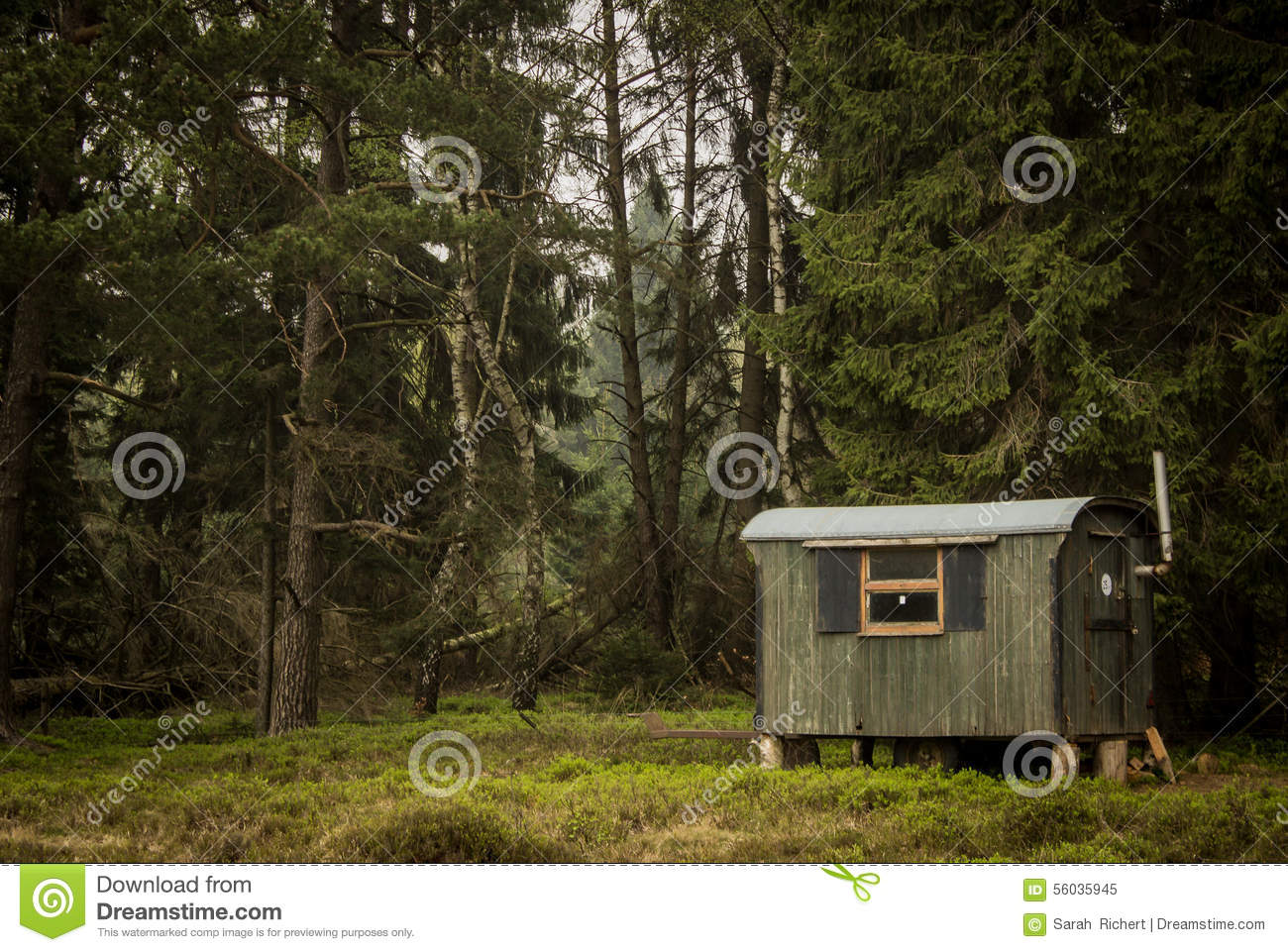 Cabine in donker hout