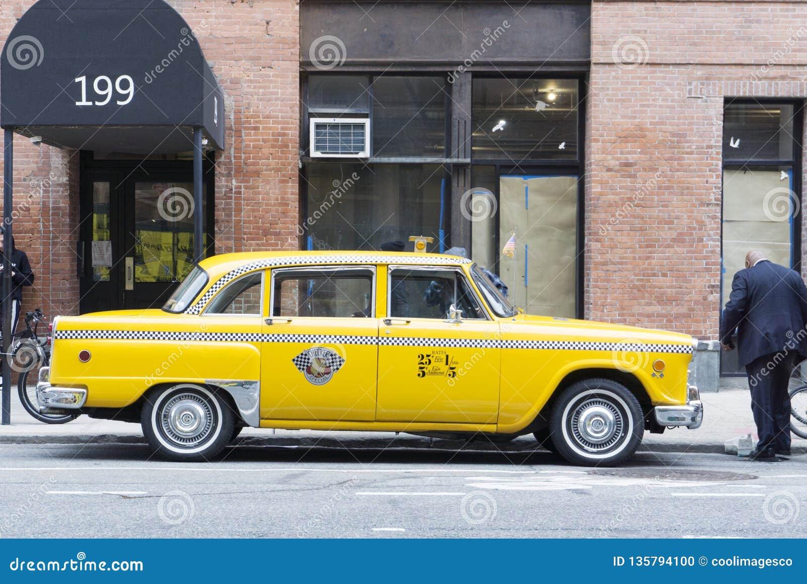 Cabine jaune classique de nyc de cru dans la rue