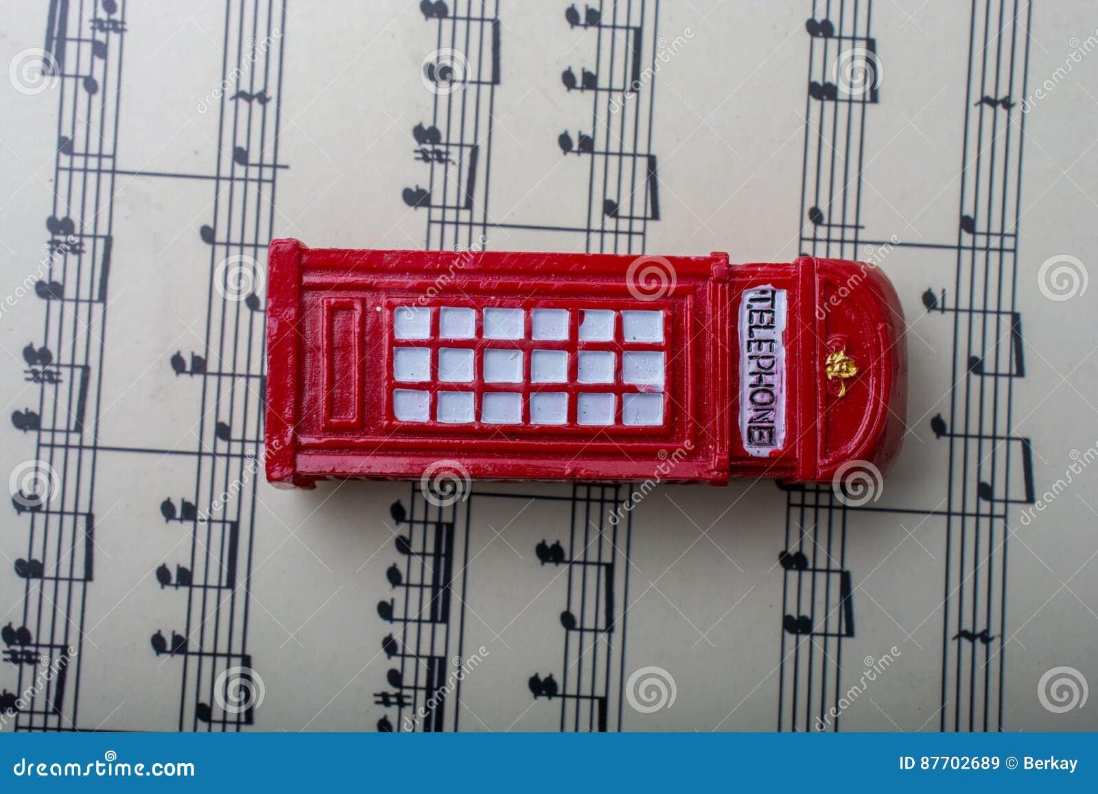 Cabine téléphonique placée sur le papier avec les notes musicales