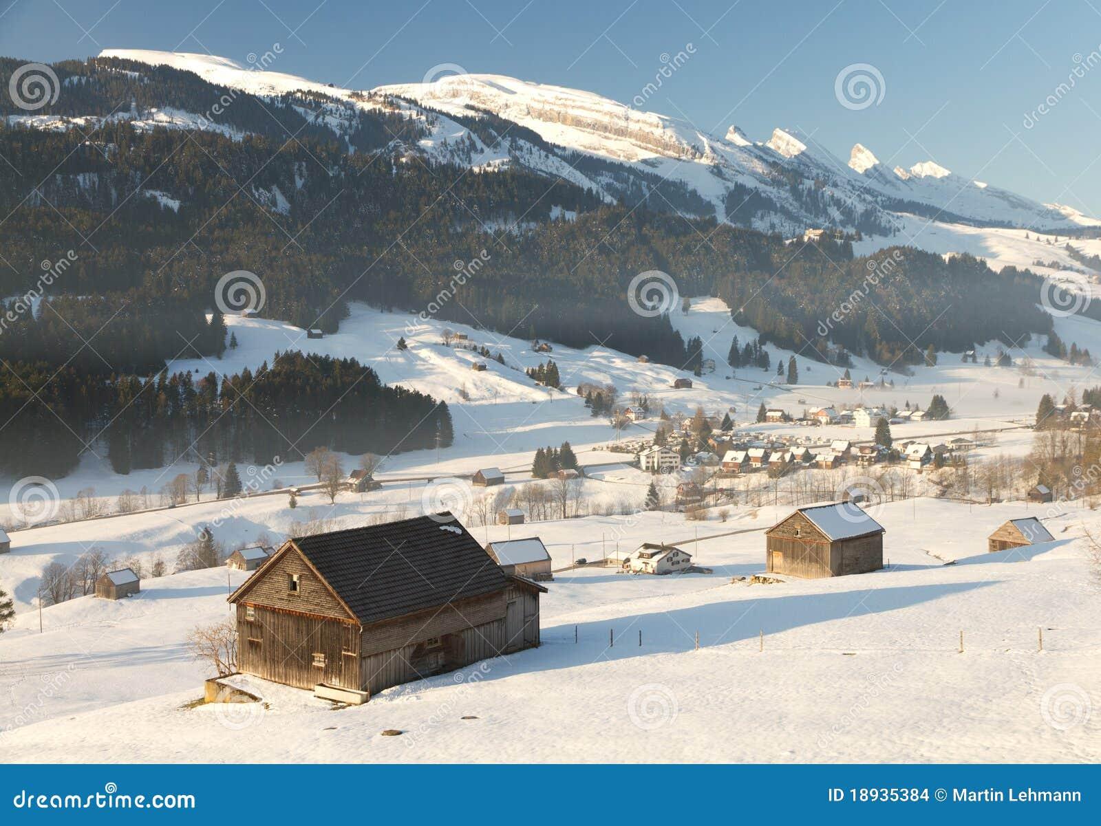 Cabine in valle con le parti superiori della montagna for Cabine vicino montagna di sangue
