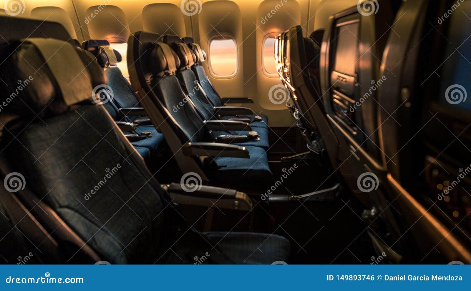 Cabine vide d avion avec une lumière orange de beau coucher du soleil