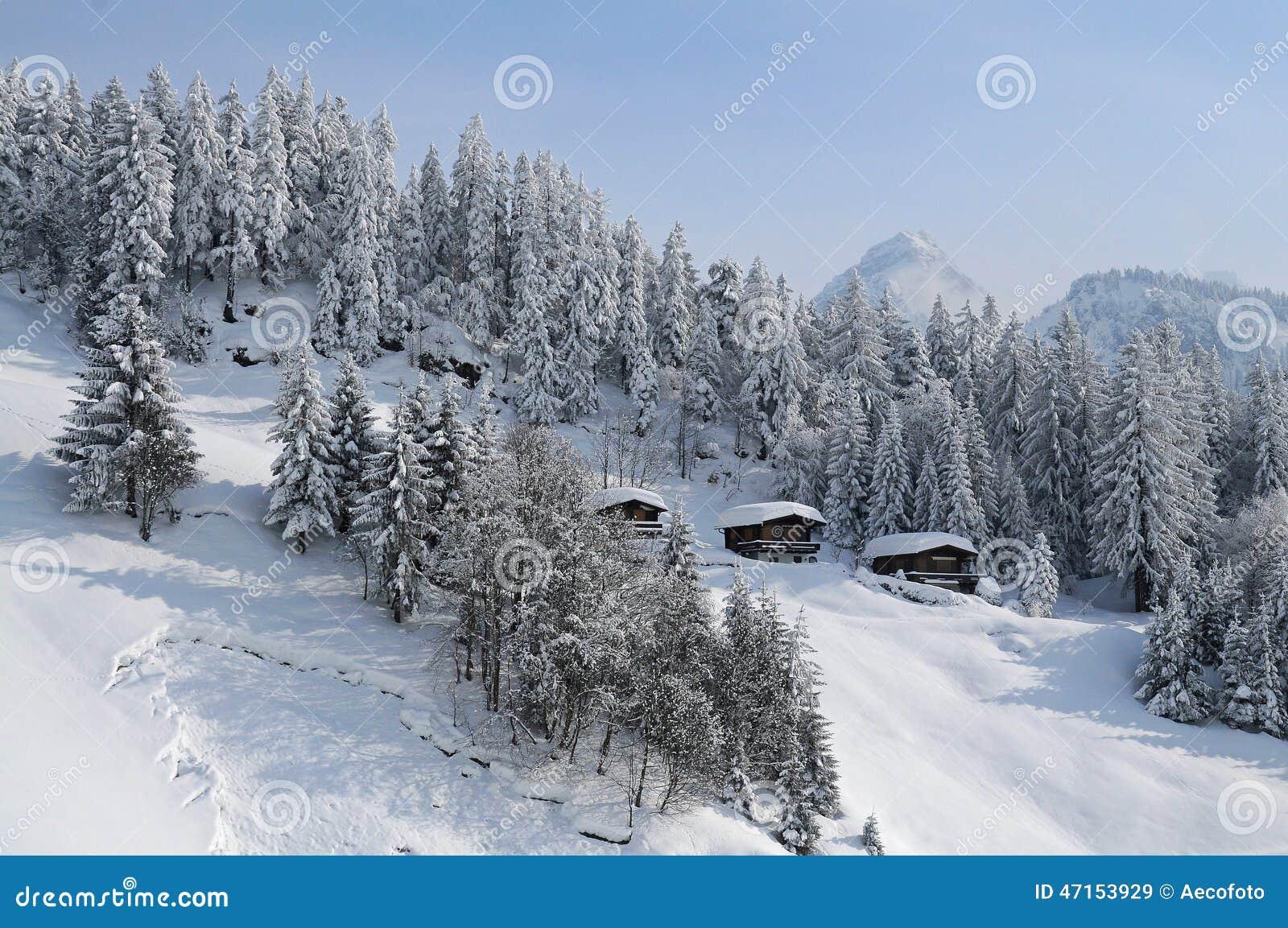 Cabines da montanha nos cumes situados na paisagem bonita