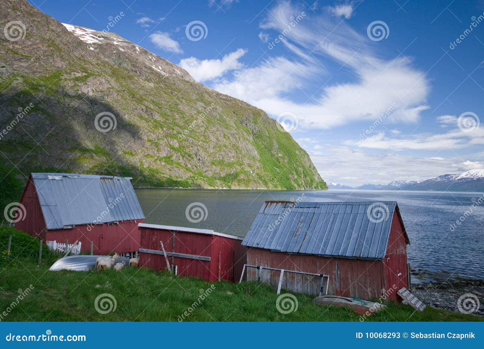 Cabines e fjord de madeira