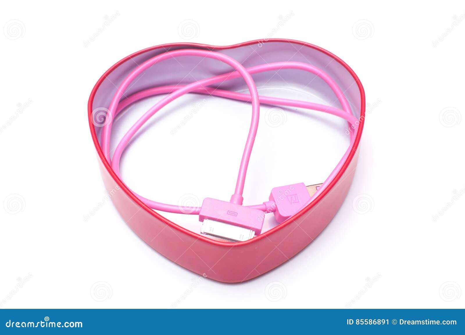 Cabler rosa del telefono cellulare in scatola del cuore isolata