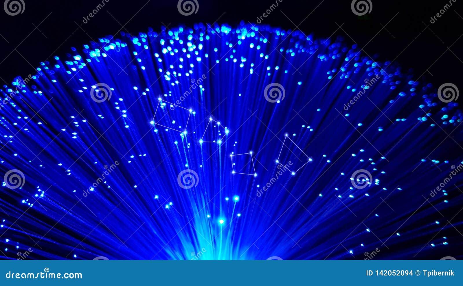 Cables de fibra óptica azules con extremidades brillantes