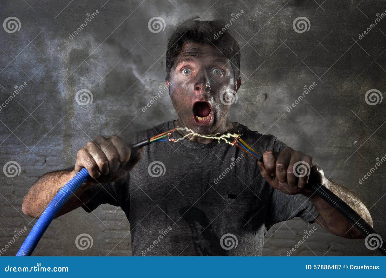 Cabo de junta do homem inexperiente que sofre o acidente bonde com expressão queimada suja de choque da cara
