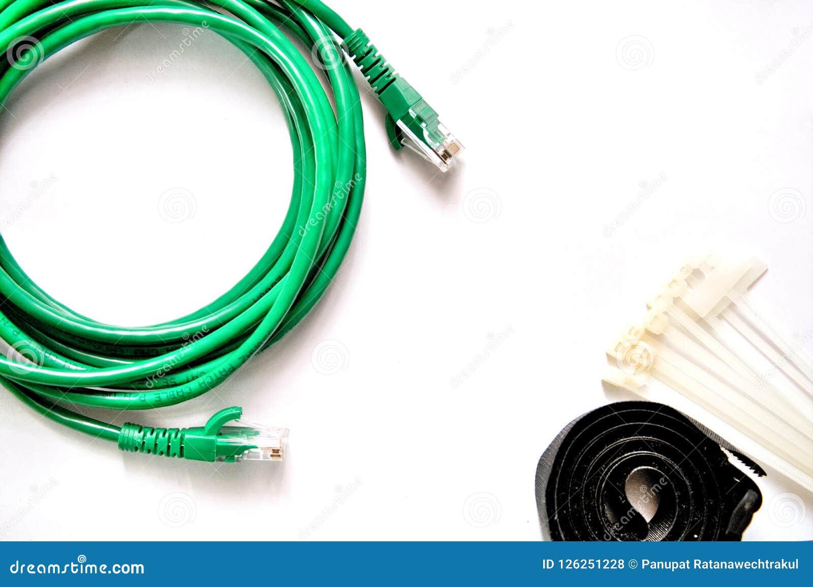 Cabo de LAN azul e verde com cintas plásticas e correia de cabo