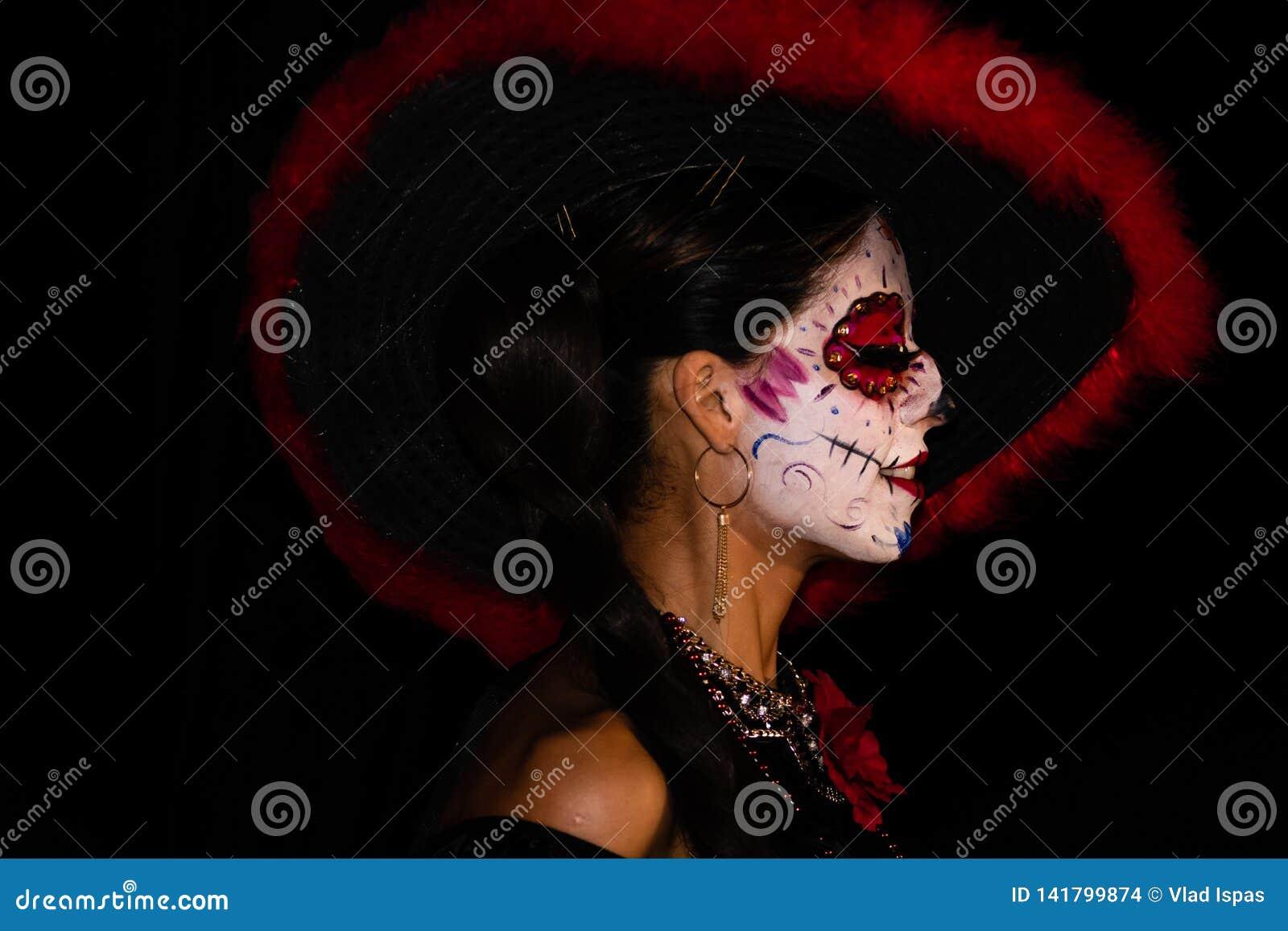 Cabo San Lucas, Meksyk - 2019 Portret niewiadoma młoda kobieta z cukrowym czaszki makeup de muertos Dia Los dzień nie żyje