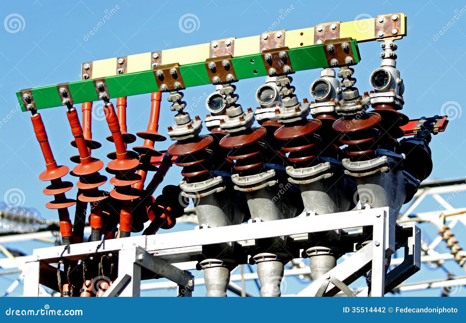 Cabos bondes de alta tensão em um central elétrica para produzir o electri