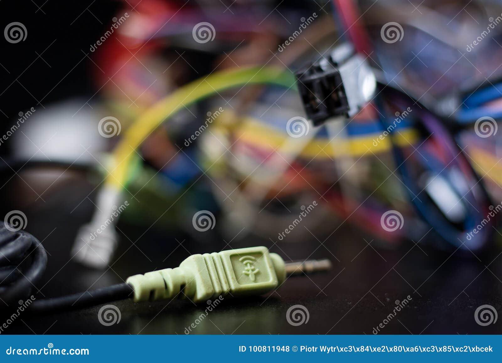 Cabos complicados velhos, eletrônica e conectores de cabo velhos na
