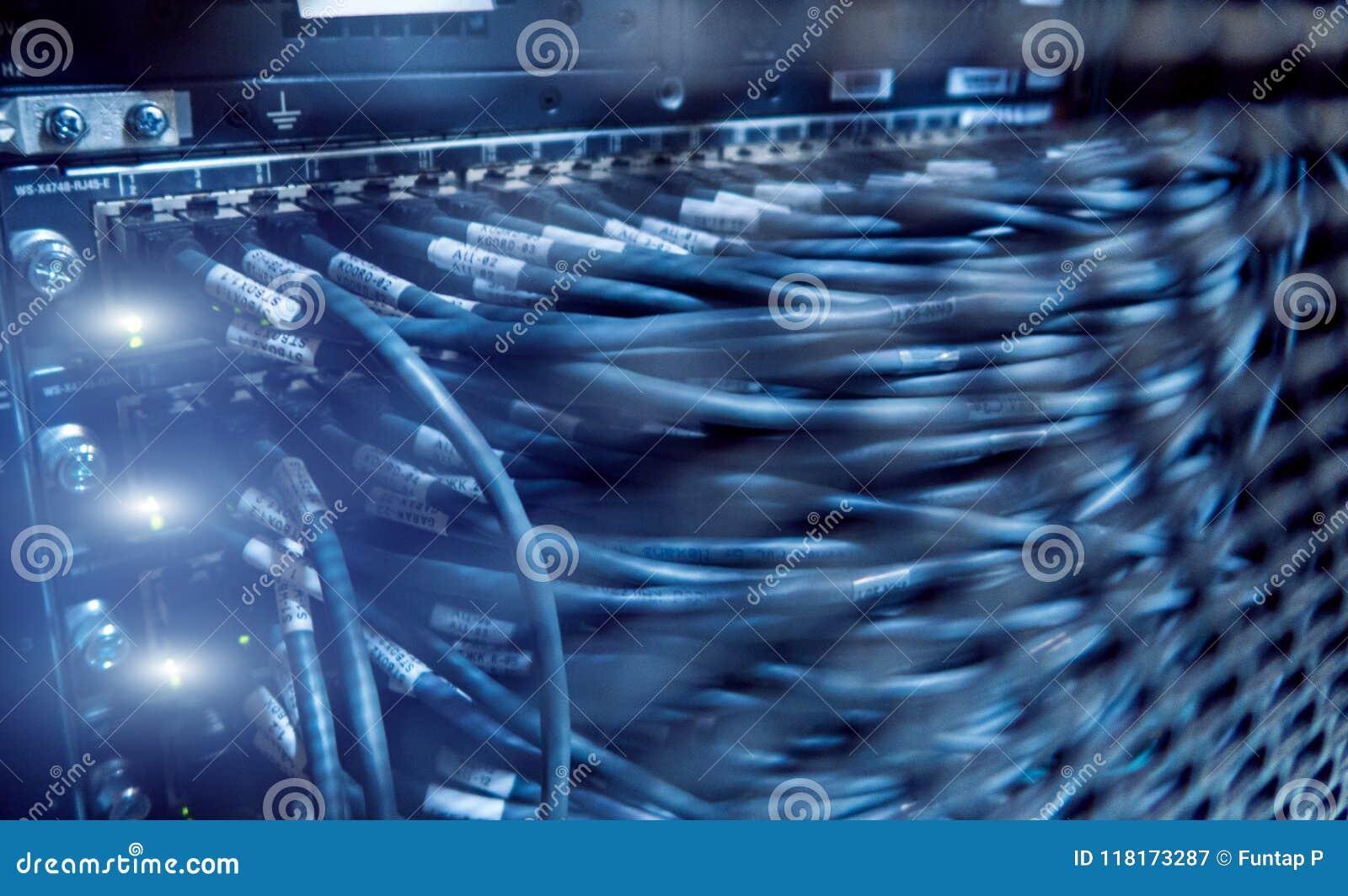 Cabos da rede conectados ao interruptor Cremalheiras do servidor, sala do servidor
