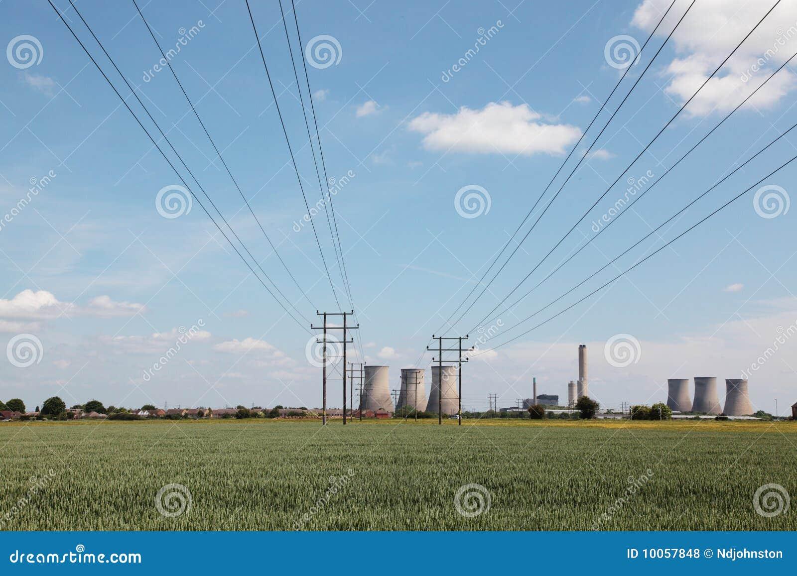 Cabos elétricos que conduzem a uma central energética