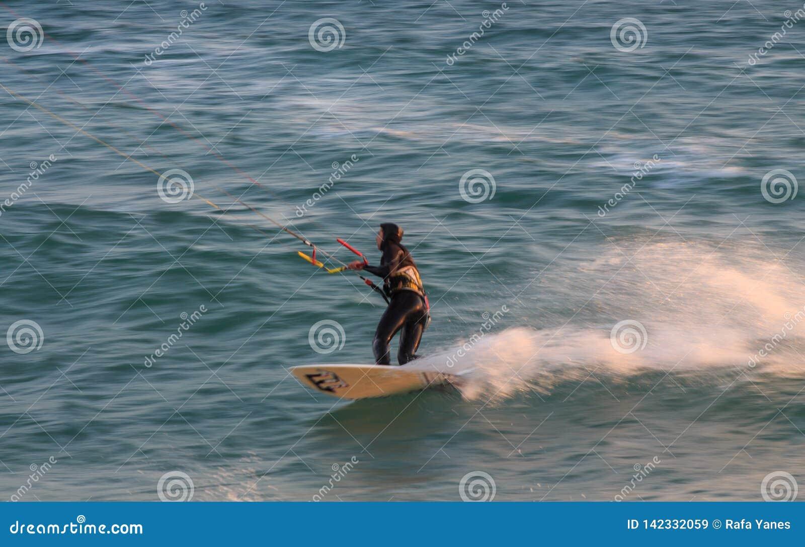 Cabrera de março, Barcelona/Espanha; 02 08 2019: Uma boa tarde para praticar o windsurfe e o Kitesurfing Flysurf na praia de Cabr