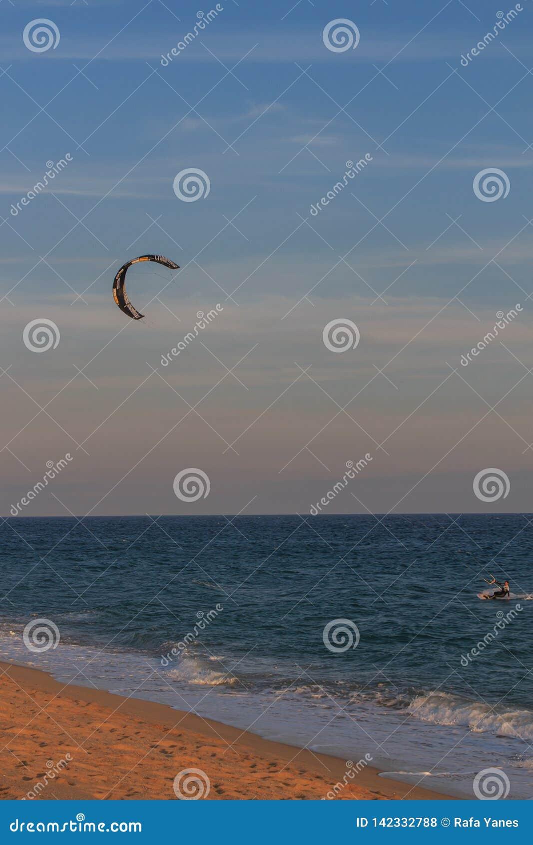 Cabrera de marcha, Barcelona/España; 02 08 2019: Una buena tarde para practicar el windsurf y Kitesurfing Flysurf en la playa de