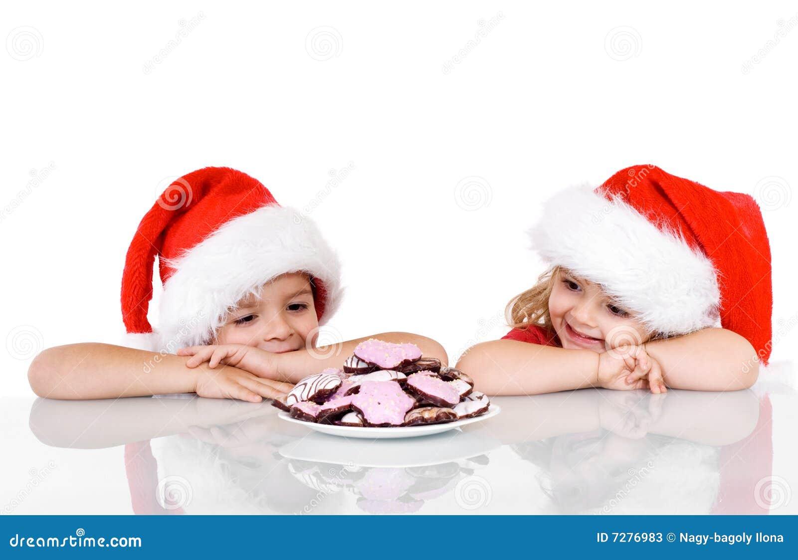 Cabritos felices cerca de una placa con las galletas de la Navidad