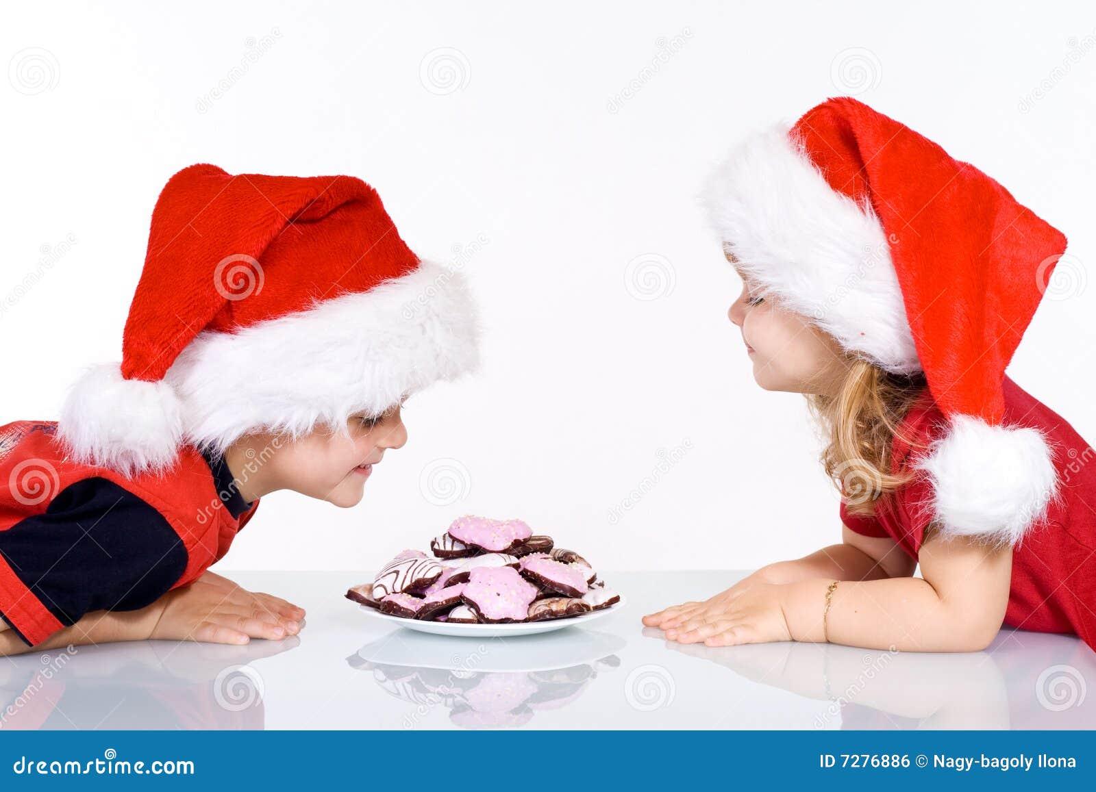 Cabritos felices con las galletas de la Navidad